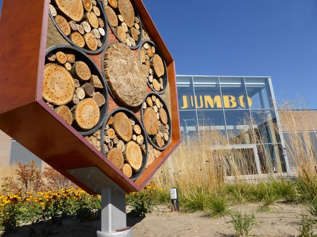 Een kunstwerk voor wilde bijen, 240 cm zeshoek op metalen voet